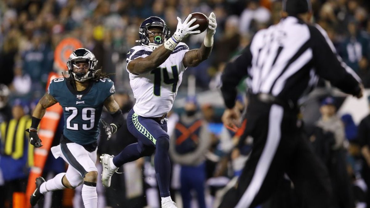 Seattle Seahawks' D.K. Metcalf (14) catches a touchdown pass as Philadelphia Eagles' Avonte...