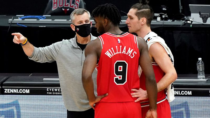 Chicago Bulls head coach Billy Donovan, left, talks with forward Patrick Williams, center, and...